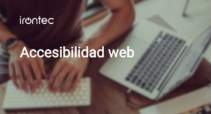 Persona usando teclado con texto Accesibilidad web y logo de Irontec
