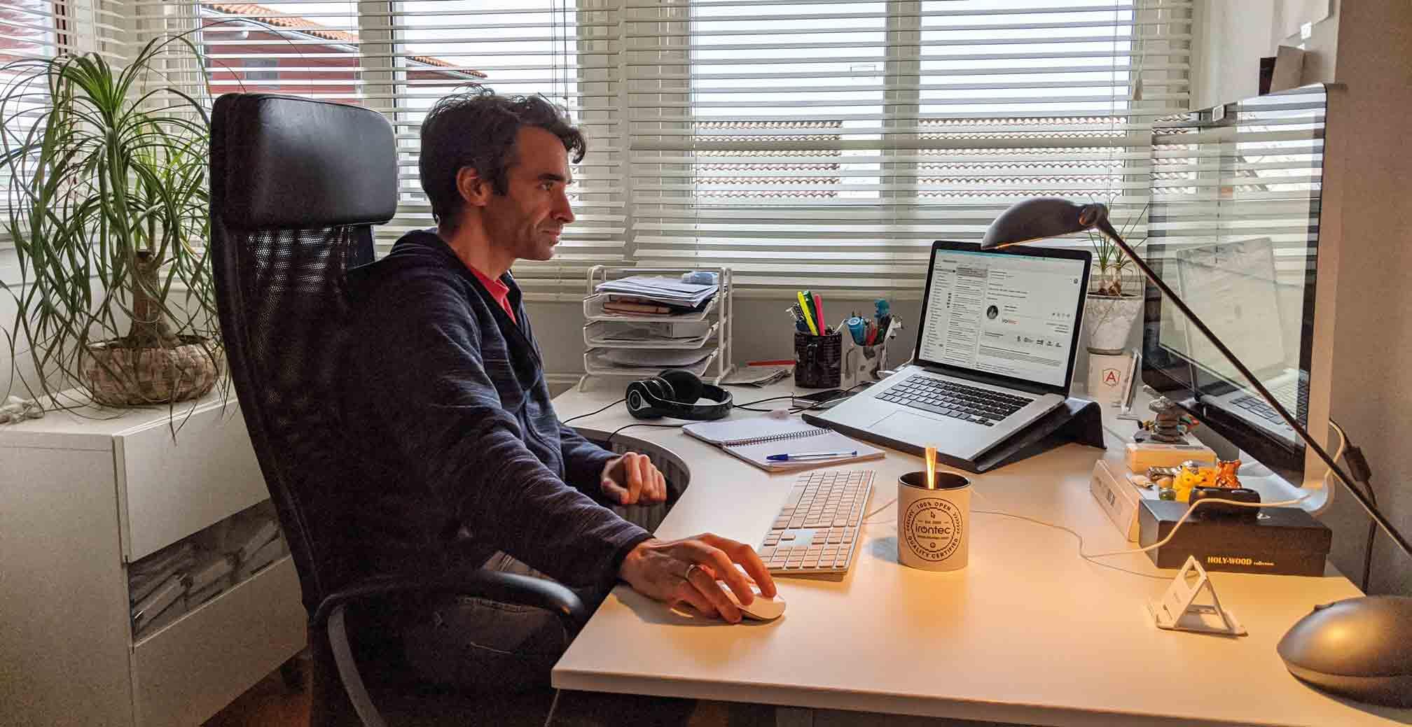 hombre frente a ordenador en casa