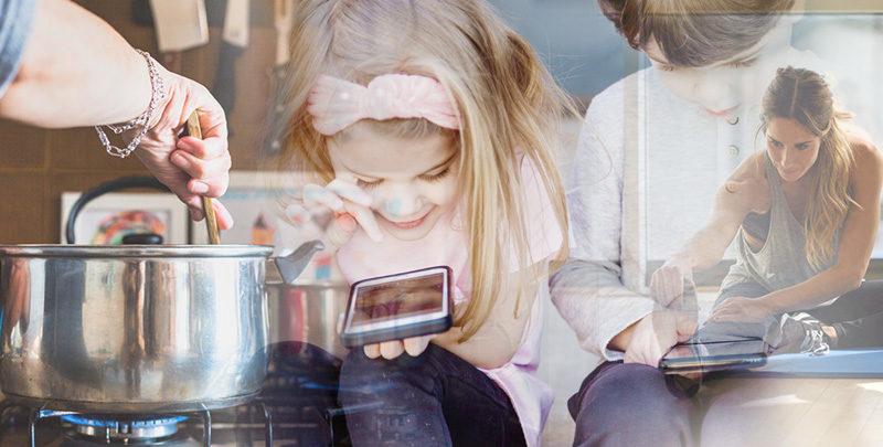 niña jugando con móvil